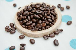 chicchi di caffè sul sottobicchiere in legno