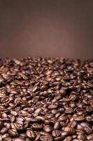 chicchi di caffè su sfondo marrone
