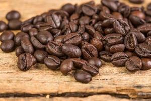chicco di caffè su fondo in legno grunge foto