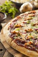 pizza fatta in casa con pollo al barbecue