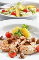bistecca di pollo con insalata foto