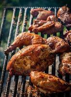 pollo che cucina su un fuoco aperto