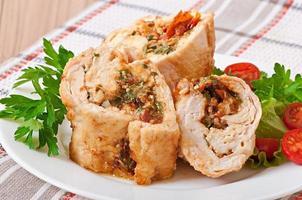 pollo arrotolato con spinaci e pomodori secchi foto
