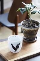 tazza di gallo pronta per il caffè del mattino foto