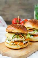 hamburger con pollo e ripieni succosi con cetriolo, carote a