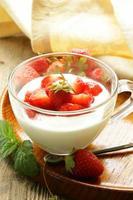 dessert da latte - yogurt con fragole fresche in un bicchiere foto