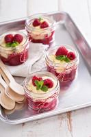 dessert colorato e delizioso in un barattolo di bacche cramble foto