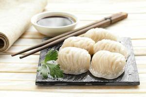 dim sum di gnocchi di carne al vapore asiatici con salsa di soia