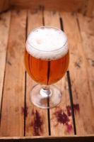bicchiere di birra in una cassa foto