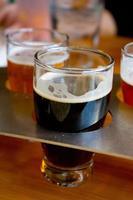 campionatori di birra al birrificio foto