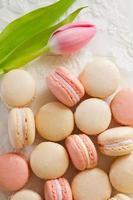 macarons dall'alto con tulipano foto