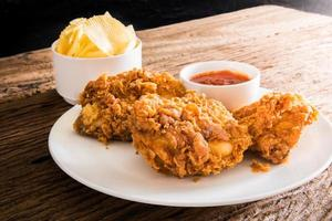 pollo fritto sul tavolo foto