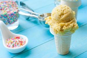 gelato di mango fatto in casa su backgroun in legno bianco chiaro vintage