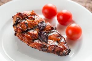 bistecca di pollo alla griglia con pomodorini foto