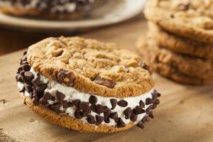 Sandiwch di gelato al biscotto con gocce di cioccolato
