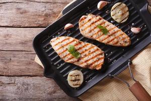 filetto di pollo con cipolla in padella griglia. vista dall'alto orizzontale foto