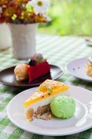 torta di formaggio e gelato sul piatto con topping di frutta. foto