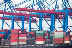 nave porta-container nel terminal portuale foto