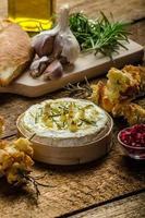 Camembert al forno con aglio e rosmarino foto