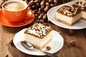 cheesecake con noci sul piatto foto