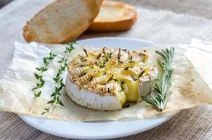 fonduta di formaggio camembert foto