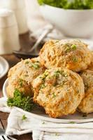 biscotti fatti in casa al formaggio cheddar foto