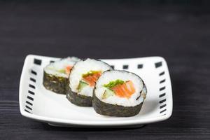 Close up di sushi, frutti di mare giapponesi foto