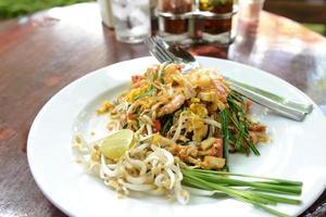 il pad thai, spaghetti di riso saltati in padella, è uno dei thailandesi nazionali foto