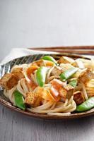 spaghetti di riso con tofu e carota