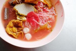 yong tau foo - tagliatella asiatica nella zuppa rossa foto