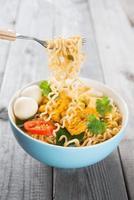 spaghetti istantanei freschi al curry piccanti caldi foto