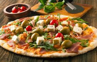 pizza con prosciutto e mozzarella foto