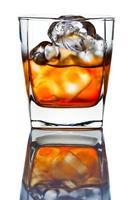 whisky con ghiaccio isolato su bianco