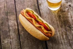 hot dog con senape, sottaceti e pomodori