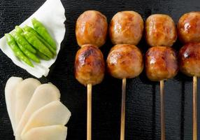 deliziose salsicce alla griglia in stile tailandese su spiedino di bambù foto