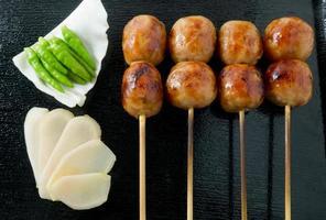 salsicce alla griglia in stile tailandese su spiedino di bambù foto