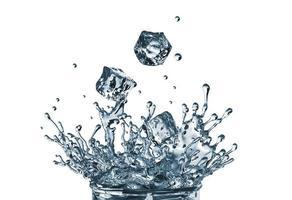Cubetti di ghiaccio 3d che cadono nel bicchiere d'acqua foto