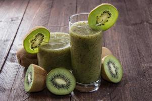 frullato di kiwi fatto fresco foto