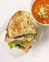 zuppa di pomodoro e sandwich di formaggio grigliato foto