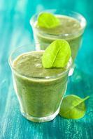 frullato verde sano con foglie di spinaci foto
