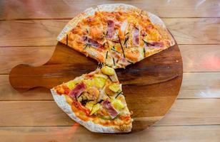 pizza hawaiana fatta in casa foto