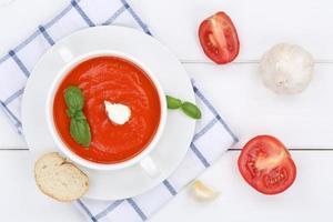 pasto zuppa di pomodoro con pomodori in ciotola dall'alto foto