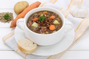 zuppa di lenticchie spezzatino con lenticchie in ciotola foto