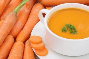 zuppa di carote con carote in ciotola primo piano foto