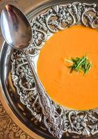 zuppa di pomodoro arrosto alle erbe foto