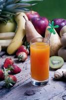 mescolare i succhi di frutta spremuti in un bicchiere foto