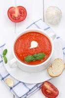 zuppa di pomodoro con pomodori e baguette in tazza foto