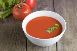 zuppa di pomodoro con prezzemolo foto
