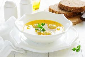 zuppa fatta in casa con polpette di pollo. foto