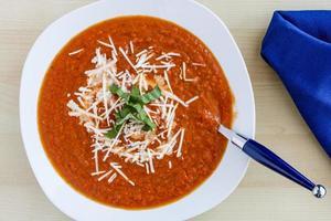 zuppa di pomodoro fresca fatta in casa foto